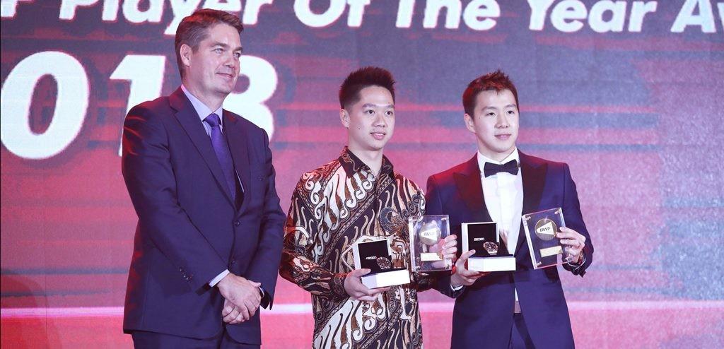 Kevin Sanjaya Sukamuljo/Marcus Fernaldi Gideon menerima penghargaan dari BWF. (Foto: Badmintonindonesia.org)