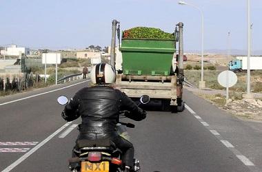 Mendahului bus atau truk punya resiko tinggi. Lazy Motorbike