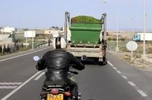 Perhatikan Jarak Aman Sepeda Motor saat di Belakang Bus/Truk