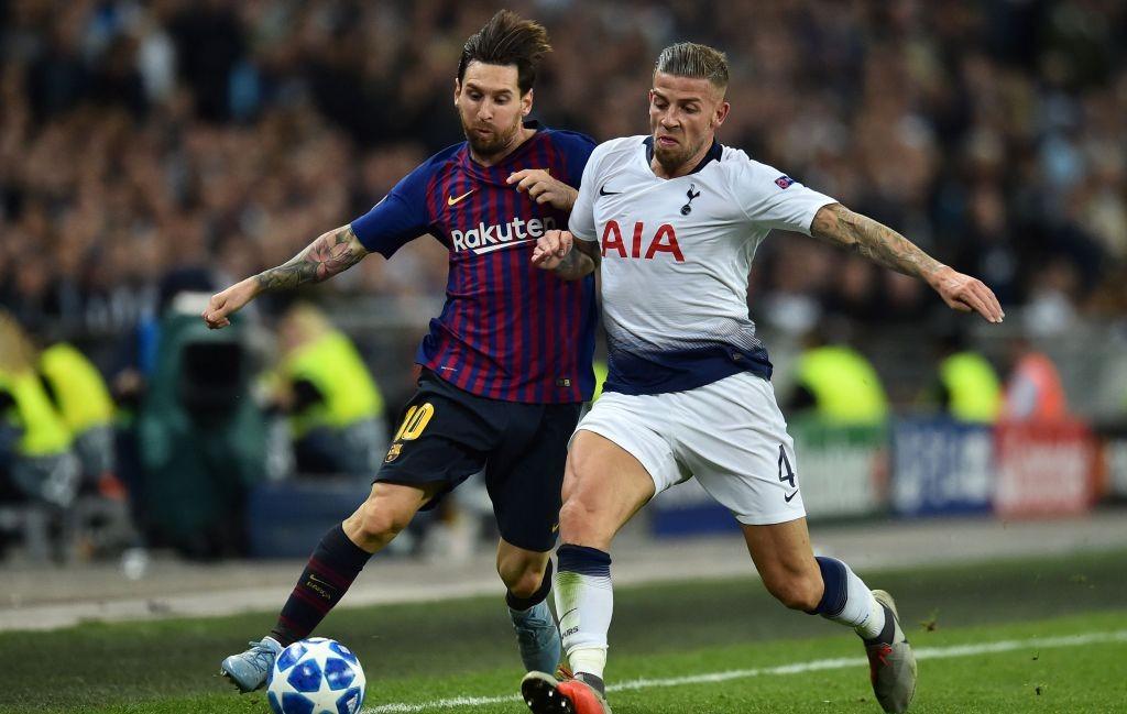 Momen saat Lionel Messi berduel dengan Toby Alderweireld pada pertemuan pertama antara Tottenham Hotspur vs Barcelona di penyisihan Grup B (Foto: AFP/Glyn Kirk)