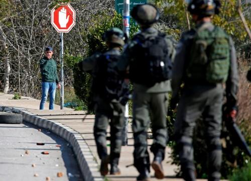 Tentara Israel bentrok dengan warga Palestina di perbatasan.