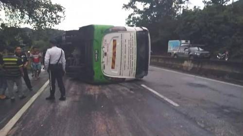 Bus yang terbalik di Sabah. (Foto: Channel News Asia)