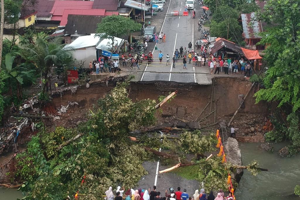 Jembatan Penghubung Padang-Bukittinggi Ambruk