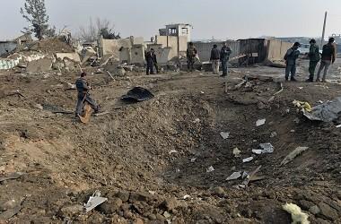 Personel keamanan Afghanistan berkumpul di lokasi bom bunuh diri