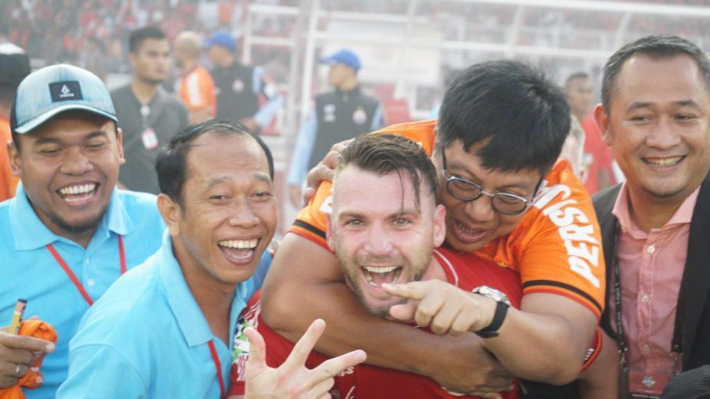 CEO Persija Jakarta, Gede Widiade (dua dari kanan), merayakan keberhasilan Persija merengkuh titel Liga 1 Indonesia bersama Marko Simic (medcom.id/Kautsar Halim)