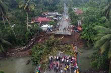 Tiga Jembatan di Padang Pariaman Ambruk