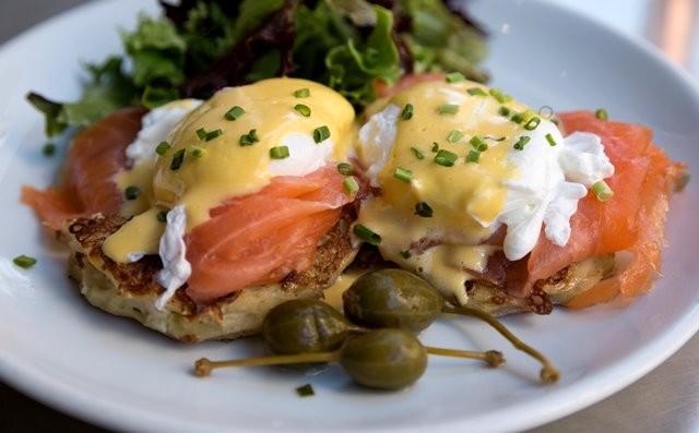 Beberapa ahli sejarah makanan berpikir bahwa konsep eggs benedict mungkin berasal dari biarawan Benediktin dari Renaissance. Tapi apakah benar? Simak informasinya. (Foto: John Baker/Unsplash.com)