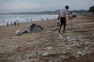 Sampah plastik bekas pembungkus makanan berserakan di bibir pantai. (Foto: MI/Ramdani)