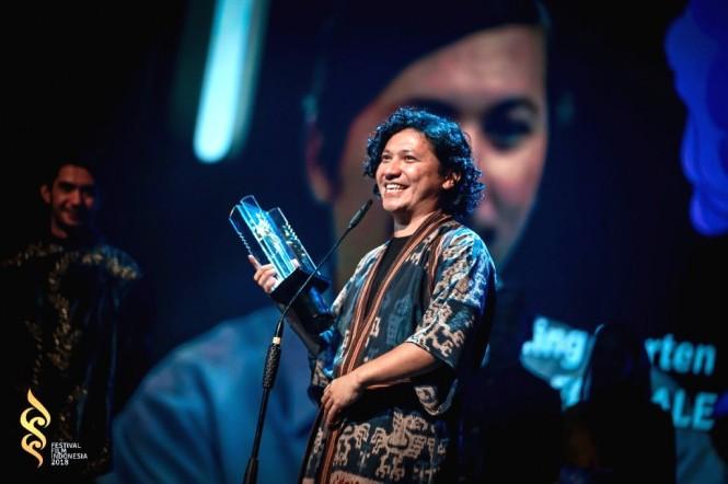 Gading Marten berpose dengan Piala Citra Aktor Terbaik 2018 (Foto: Dok. FFI)