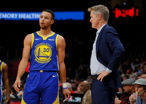 Bintang Warriors, Stephen Curry (kiri), dengan pelatihnya, Steve