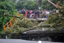 Warga Padang Pariaman Membuat Jembatan Darurat