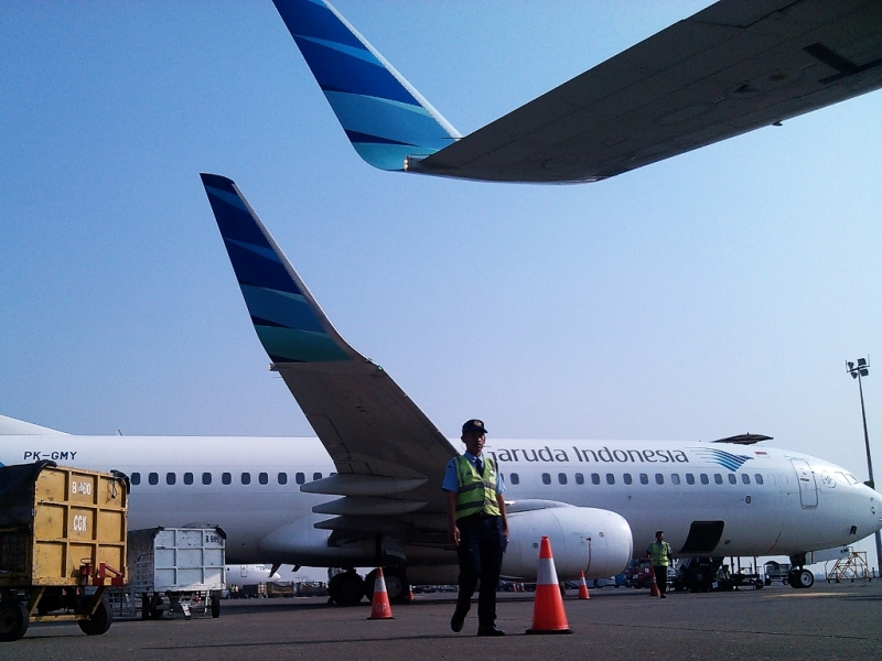 Kru darat mempersiapkan penerbangan pesawat Garuda Indonesia di Bandara Soekarno-Hatta, Tangerang, Banten. Foto: MI/Panca Syurkani.