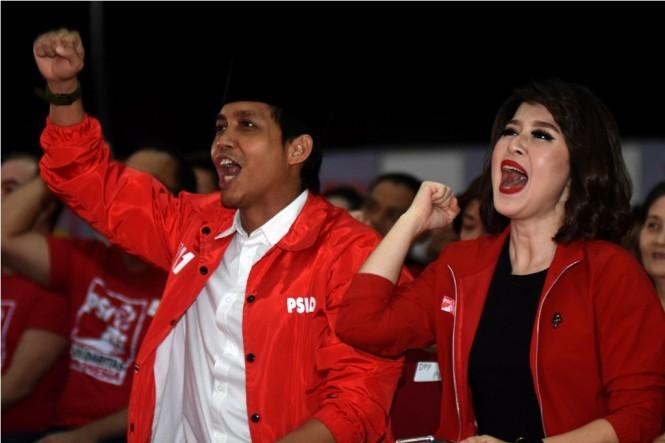 Ketua Umum Partai Solidaritas Indonesia (PSI) Grace Natalie (kanan) didampingi Sekretaris Jenderal PSI Raja Juli Antoni (kiri) ketika menghadiri Festival 11 di Surabaya, Jawa Timur, Selasa (11/12/2018).