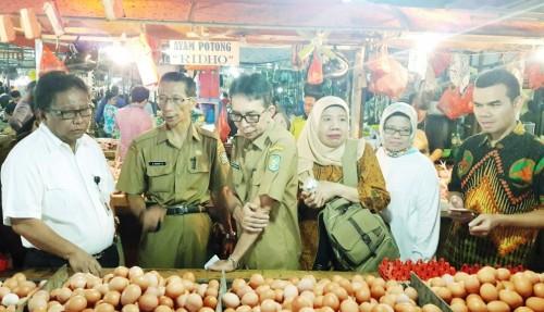 BKP Kementan melakukan pemantauan di Pasar Flamboyan Kota Pontianak, Kalimantan Barat, pada Selasa, 11 Desember 2018. Harga dan stok pangan stabil (Foto:Dok.Kementan)