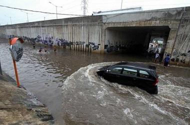 Segera keringkan rem mobil setelah melewati banjir. Dok. MI