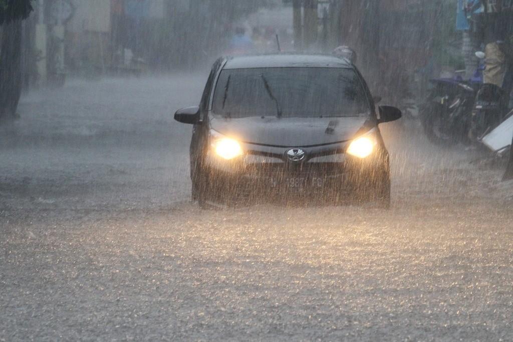 Kendaraan roda empat berusaha menembus banjir yang melanda Jalan Gajayana, di Malang, Jawa Timur. (Foto: ANTARA/H Prabowo)