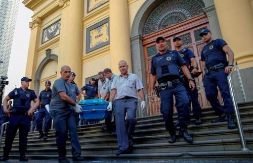 Polisi mengangkut jasad korban penembakan di Gereja Katedral