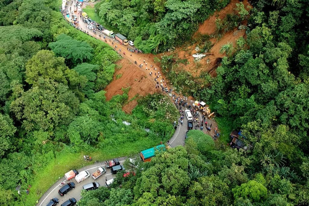 Akses Jalan Padang-Jambi Putus Akibat Longsor