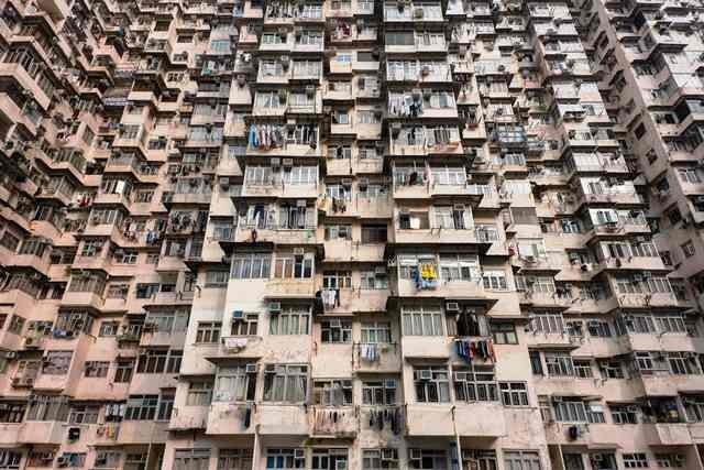 Jemuran pakaian di balkon rumah susun tua di Hong Kong. Setiap unit rumah susun murah seperti ini dapat dihuni dua keluarga sekaligus. AFP Photo/Anthony Wallace