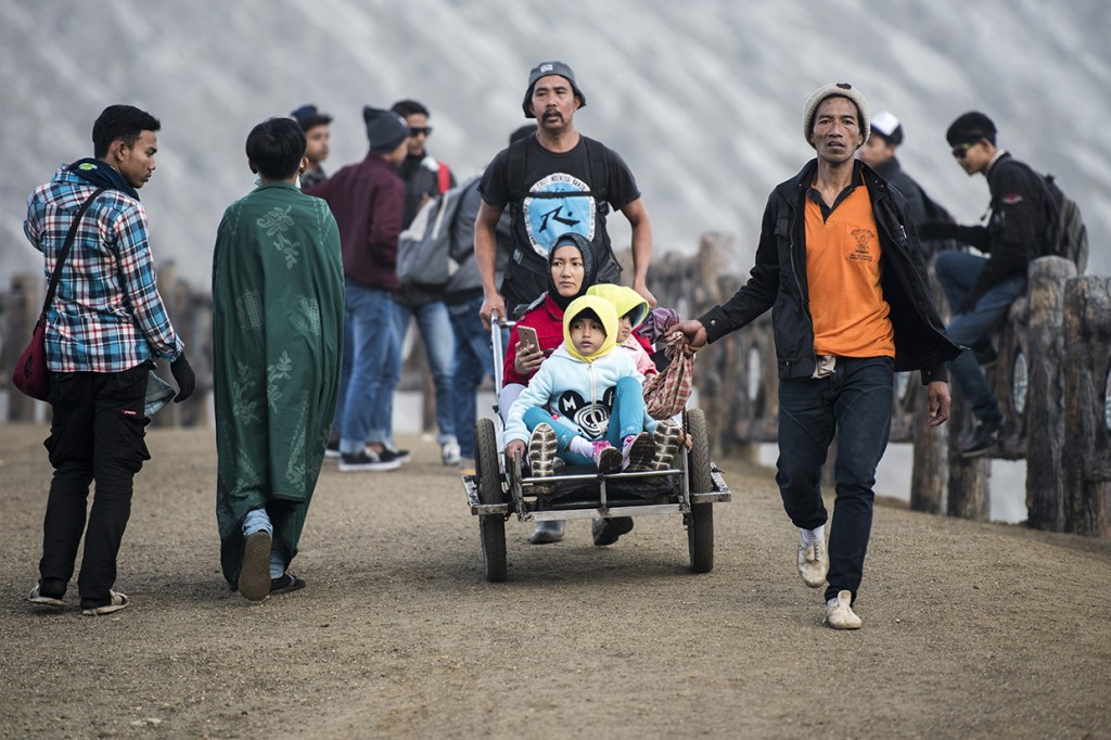 Sensasi Naik 'Taksi' ke Puncak Gunung Ijen