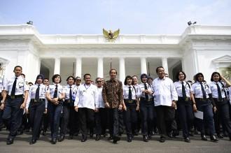Jokowi Bertemu 300 Satpam di Istana