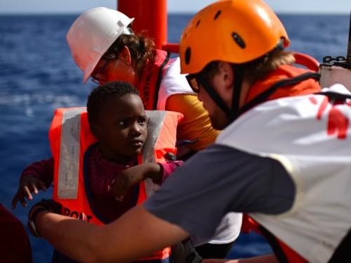 Imigran yang berupaya menggapai Eropa tetapi terdampar di Laut