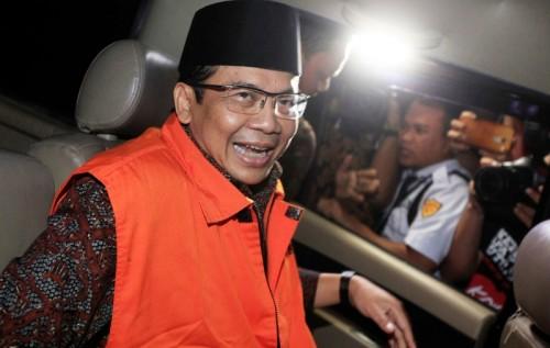 Wakil Ketua DPR RI Taufik Kurniawan memasuki mobil tahanan