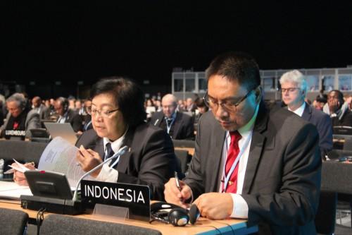 Menteri Lingkungan Hidup dan Kehutanan Siti Nurbaya Bakar (kiri)
