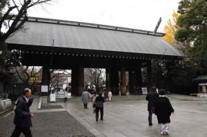 Pria Tiongkok Sulut Api di Kuil Perang Jepang