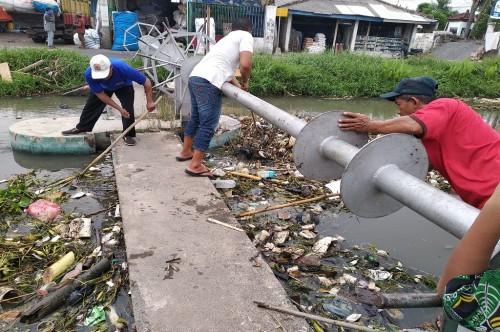 Warga di sekitar Sungai Gedangan, Sidoarjo, membersihkan sampah