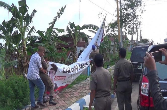 Penertiban alat peraga kampanye di Sumenep, Medcom.id - Rahmatullah