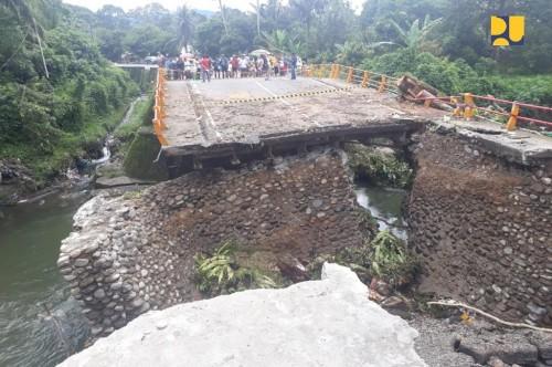 Jembatan yang menghubungkan Kota Padang-Bukittinggi ambruk,