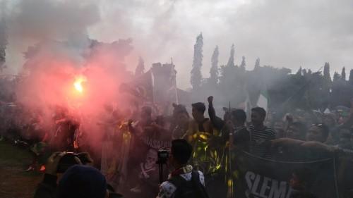 Kelompok suporter PSS Sleman saat perayaan gelar juara Liga 2 di