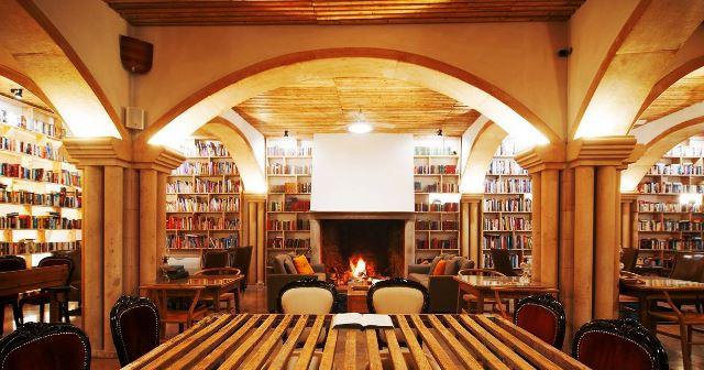 Ruang baca utama Hotel The Literary Man, Obbidos, Portugal. Hampir seluruh interior hotel tua ini dipenuhi buku, bahkan hingga gudang anggur di basement. readerdigest/scroll.in