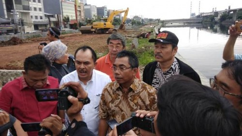 Ketua Fraksi PDI Perjuangan Gembong Warsono (batik coklat) dan