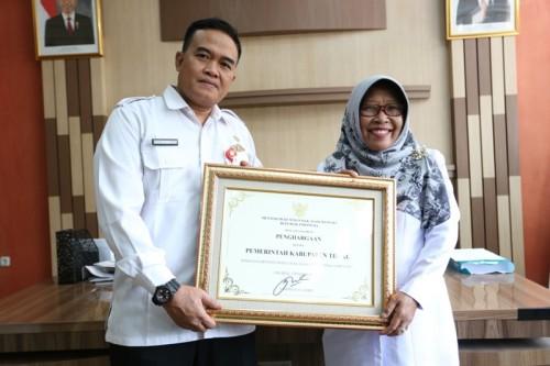 Bupati Tegal Umi Azizah menerima sertifikat penghargaan HAM di