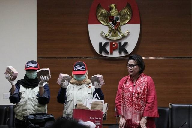 Wakil Ketua KPK Basaria Panjaitan (kanan) bersama penyidik KPK menunjukan barang bukti hasil operasi tangkap tangan (ott) Bupati Cianjur di Gedung KPK, Jakarta, Rabu (12/12). Foto: MI/Pius Erlangga