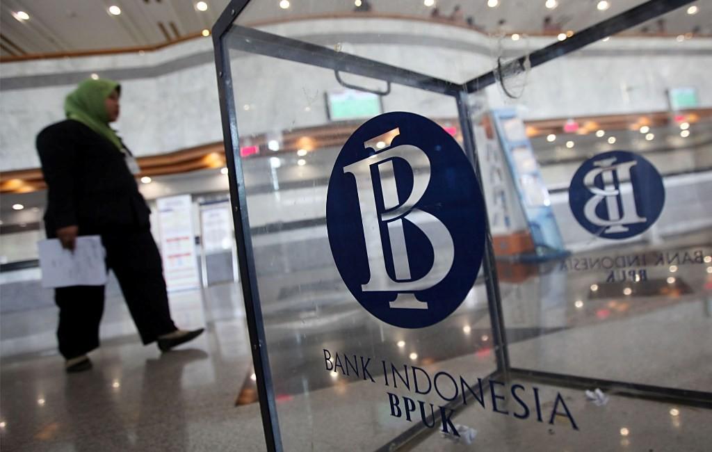 Seorang wanita melintas di dekat logo Bank Indonesia (MI/PANCA SYURKANI)