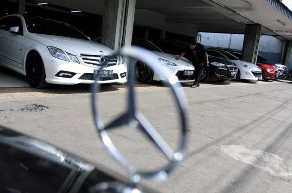 Pajak mobil-mobil mewah dan impor dinaikkan untuk mendorong naiknya nilai tukar rupiah. Antara/Muhammad Adimaja