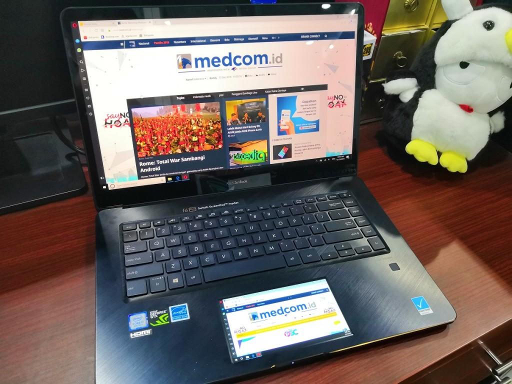Mencoba ScreenPad di ASUS ZenBook Pro terbaru.