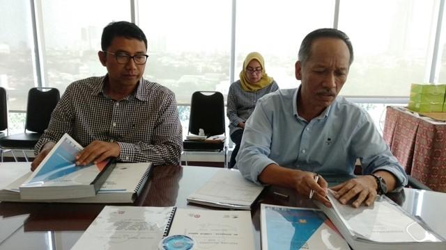 Ketua Dompet Kemanusiaan Yayasan Media Group Ali Sadikin (kiri) dan Koordinator pembangunan sekolah korban gempa Lombok Syairwan (kanan)