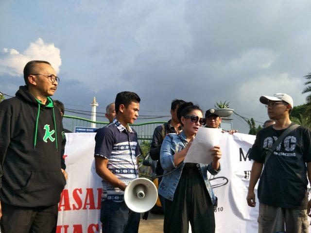 Keluarga korban jatuhnya pesawat Lion Air JT-610 menuntut maskapai melanjutkan pencarian korban.  Foto: Medcom.id/Achmad Zulfikar Fazli.