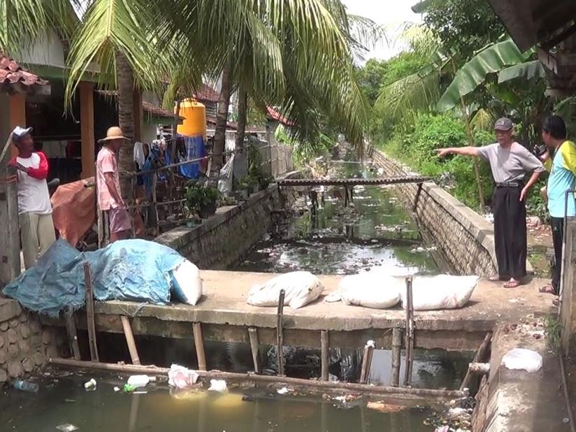 Sampah kiriman di sungai penghubung Desa Kolor dan Pabian di Kecamatan Kota Sumenep – Medcom.id / Rahmatullah