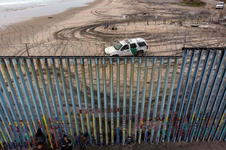 Perbatasan AS dan Meksiko yang dipasangi kawat berduri. (Foto: AFP)