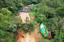 Longsor Hantam Tiga Mobil di Sitinjau Lauik Padang