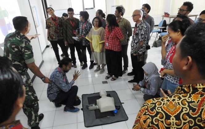 Sejumlah jurnalis diajarkan teknik pertolongan pertama pemberian napas buatan. (Foto: Dok./PMPP TNI)