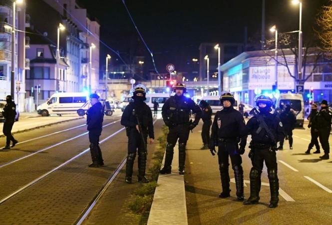 Polisi masih berjaga di sekitar Pasar Natal Strasbourg. (Foto: AFP)