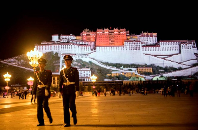 Dua polisi Tiongkok berpatroli di Istana Potala  di daerah Lhasa, di Daerah Otonomi Tibet. (Foto: AFP)