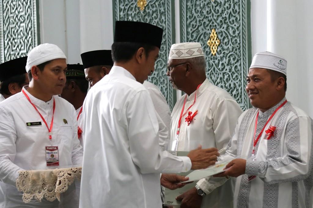 Jokowi Serahkan 320 Sertifikat Tanah Wakaf di Aceh