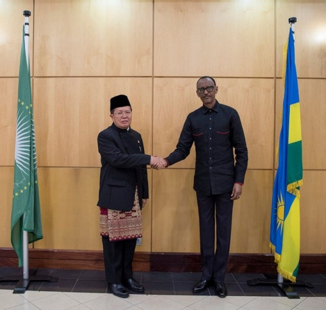 Duta Besar RI untuk Rwanda Ratlan Pardede (kiri) dan Presiden Rwanda Paul Kagame (kanan). (Foto: Dok. KBRI Dar es Salaam).